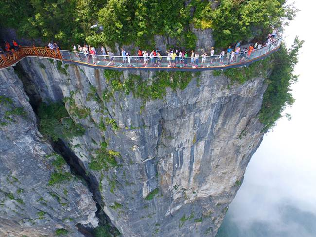 A Terrifying Glass Walkway Of 400m 1 Km Opened In China